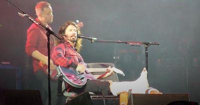 """""""Foo Fighters""""- Frontsänger rockt mit gebrochenem Bein!"""