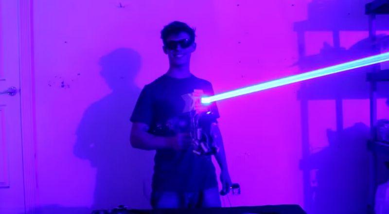 Dieser Student hat ein funktionierendes Laserschwert und ein Lasergewehr gebaut!