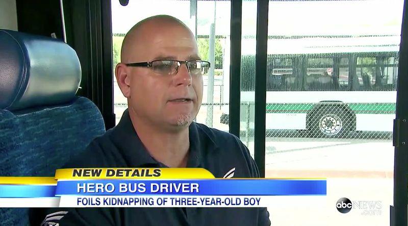 Busfahrer sieht weinendes Kind im Bus.