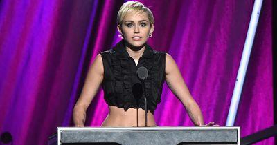 Miley Cyrus macht sich frei! Kein Oberteil, kein BH!