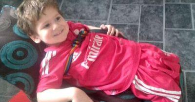 3-Jähriger verliert durch seltene Krankheit beide Beine