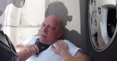 Dieser Mann greift einen Motorradfahrer an, doch dieser wehrt sich