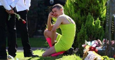 Er trägt ein gelbes Kleid zur Beerdigung seines Freundes