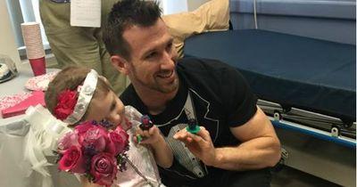 Vierjährige heiratet ihren Pfleger