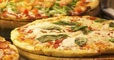 Guten Appetit! Mann kauft versehentlich Pizza für alle, die wollen.