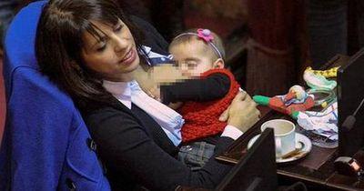 Riesen Wirbel weil sie ihr Kind am Arbeitsplatz stillte