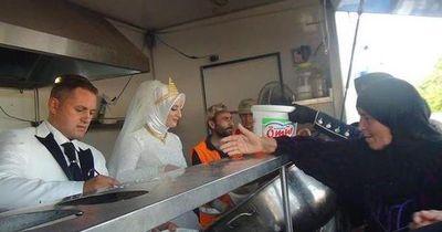 Brautpaar verteilt Essen an Tausende Flüchtlinge