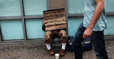Obdachloser hilft bei der Suche nach einem Mädchen