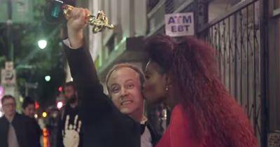 Er tut so, als hätte er einen Oscar gewonnen...