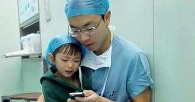 Was dieser Arzt für seine kleine Patientin macht, ist super rührend