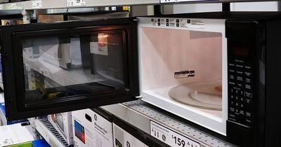 5 Dinge, die du niemals in die Mikrowelle packen solltest
