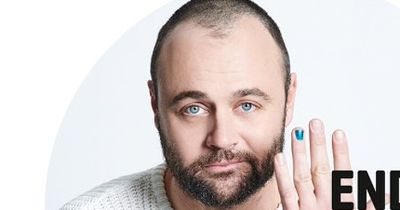 Immer mehr Männer, mit lackiertem Fingernagel – doch der Hintergrund ist traurig!