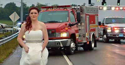 Sanitäterin rast im Brautkleid zu einem Einsatz
