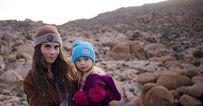 Mutter zieht seine Tochter in der Wildnis auf