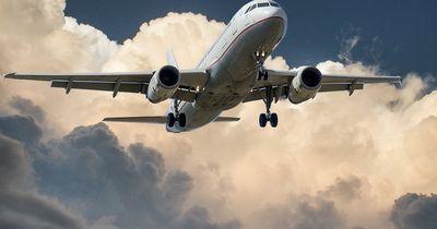 Wegen diesem 72-Jährigen musste ein Flugzeug extra umkehren!