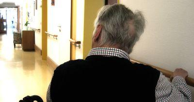 Rentner fotografiert sein Essen