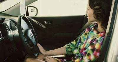 Frau masturbiert im Auto und verursacht einen Unfall