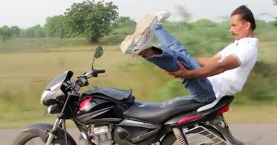 Verrückt! Yoga auf dem Motorrad: dieser Inder posiert beim Fahren!