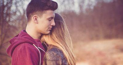 Daran merkst du, dass dein bester Freund in dich verliebt ist