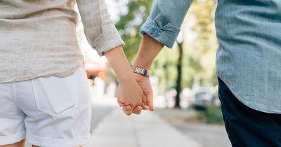 Berührungen beim ersten Date: Wann du lieber deine Finger bei dir behalten solltest