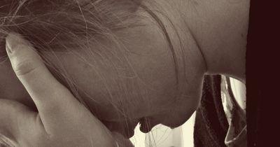 SCHOCK! 14-Jährige entdeckt zufällig im Netz, dass ihr Vater ein Mörder ist!