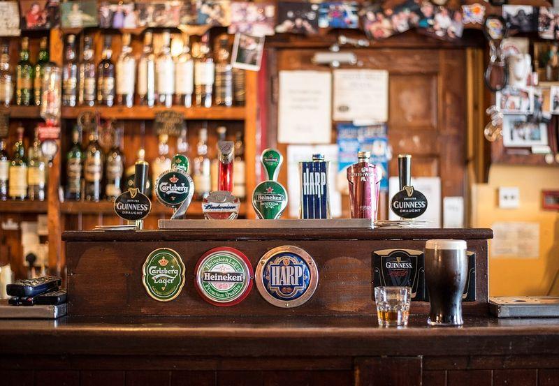 Der Barkeeper, das Wasser und die Pistole