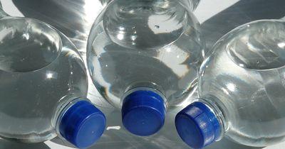 Deshalb solltet ihr Plastikflaschen NIEMALS zweimal verwenden!