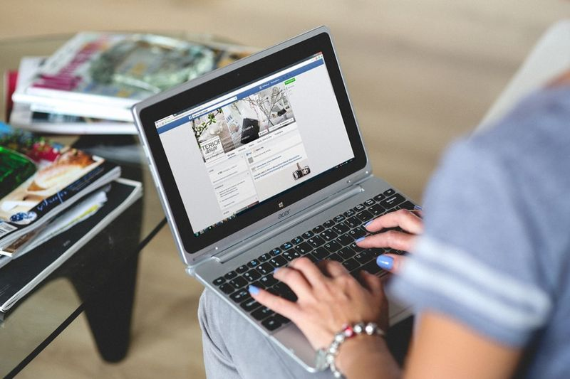 Sie klickt sich durch Facebook. Plötzlich sieht sie Bilder ihrer kleinen Tochter...