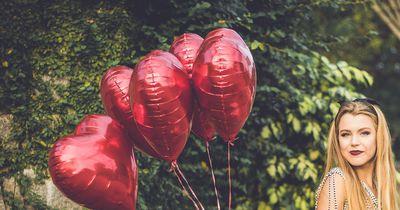 Rote und blaue Ballons